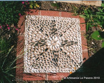 Mosaico de piedras en el jard n 1 mosaicos la pasera for Mosaicos para jardin